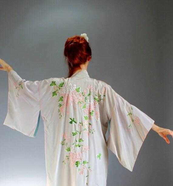 Sale- Vintage 1950s Floral Japanese Kimono. Asian. Blush Pink. Embroidered. Geisha. Summer. Fall Fashion. Weddings. Romantic. Size Large