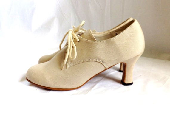 Ivory Heels Oxfords // 1980s vintage Lace Up Heels Oxfords size 7