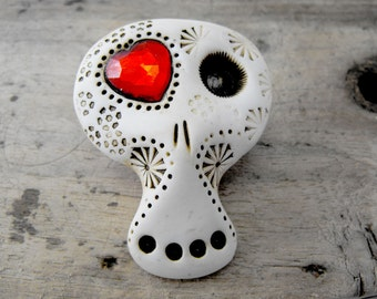 White sugar skull with a shiny red heart inside his eye. Creepy Valentine, baby! Brooch, keychain, pendant or magnet (you choose)