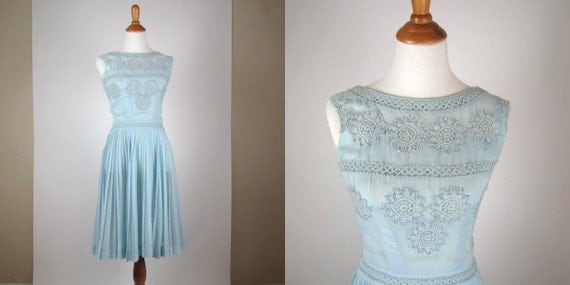 Vintage 1970's Dress - Carlye Light Blue Sleeveless w/ Embroidered Appliqué - Small