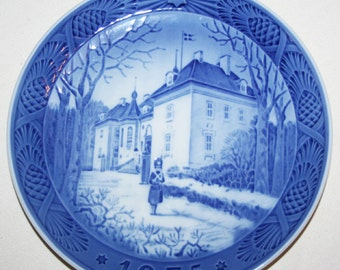 "1975 Royal Copenhagen Christmas Plate ""The Queen's Christmas Residence"""
