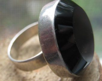 Retro at its Best Vintage Sterling Silver Ring with Extra Large Round Black Glass Stone Ladies Size 7 1/2