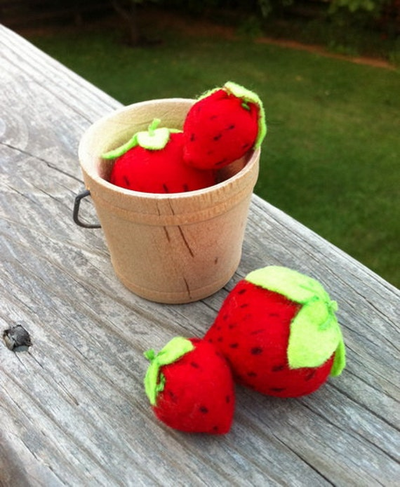 Felt pretend play strawberries in a wood bucket - child toy - doll accessories
