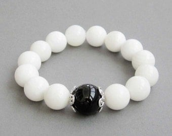 Stretchy White Sea Shell Round Beads Bracelet With Focal Black Agate Bead  T2852