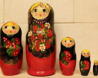 Nesting  Dolls Matryoshka  dolls with berries babushka dolls set of 5