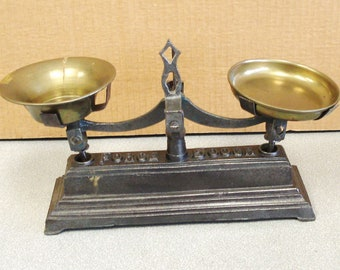 Antique FORCE 500 Gr Cast Iron Scale.