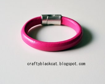 Leather bracelet in Pink Flambé colour with magnetic clasp.