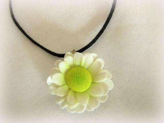 White daisy pendant.
