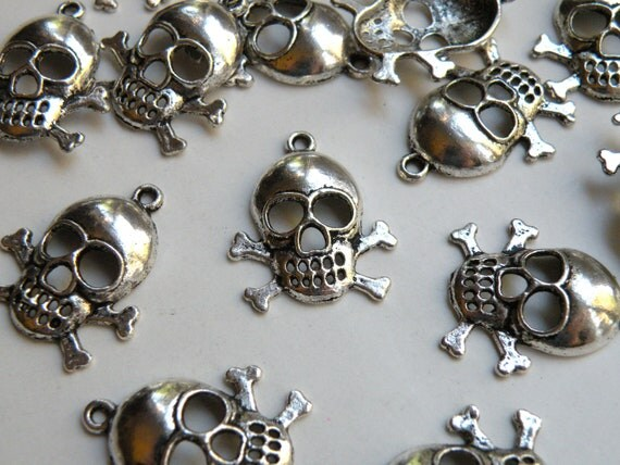 10 Halloween Skull & Crossbones charms antique silver 23x24mm DB00573
