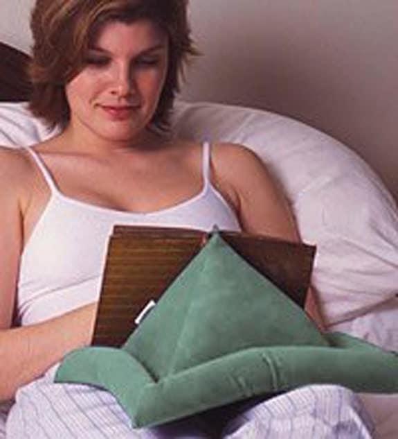 Pyramid book holder hands free makes a great gift for Cojin para leer en la cama