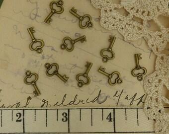 10 tiny aged brass / bronze keys size 15 mm x 8 mm