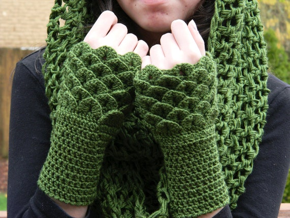 Crocodile Stitch Wrist Warmers Fingerless Gloves - Dark Green Bamboo Yarn
