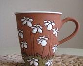 Tall tea mug with daisies