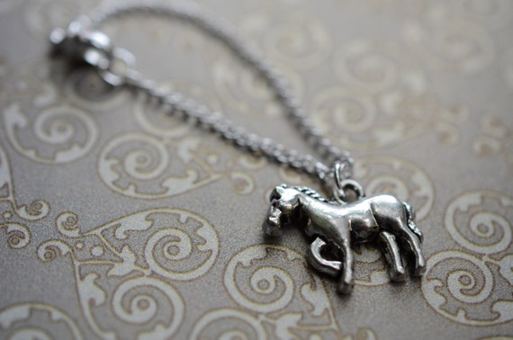 Silver coloured tiny doll necklace for dolls blythe pullip dal licca momoko featuring a horse charm