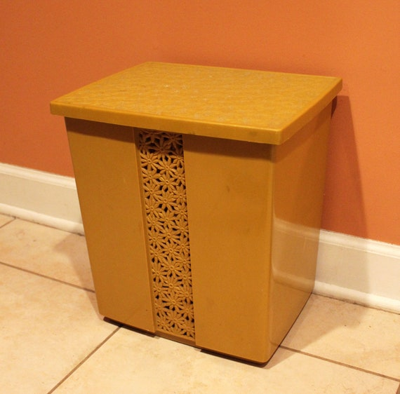 Retro plastic hamper in daisy flower motif with lid venting - Plastic hamper with lid ...