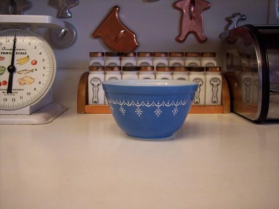 Vintage Pyrex nesting bowl snowflake blue