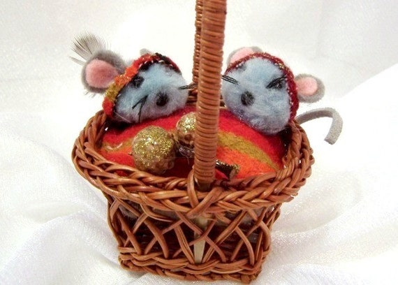 Vintage Christmas Ornament: Mr. and Mrs. Mouse in a Basket - S1010