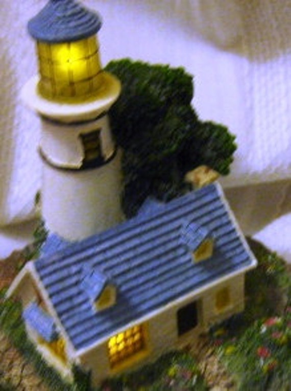 Thomas Kinkade A Light in the Storm Lighted Figurine MINT