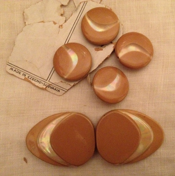 4 Stylish Vintage Buttons with Matching Buckle