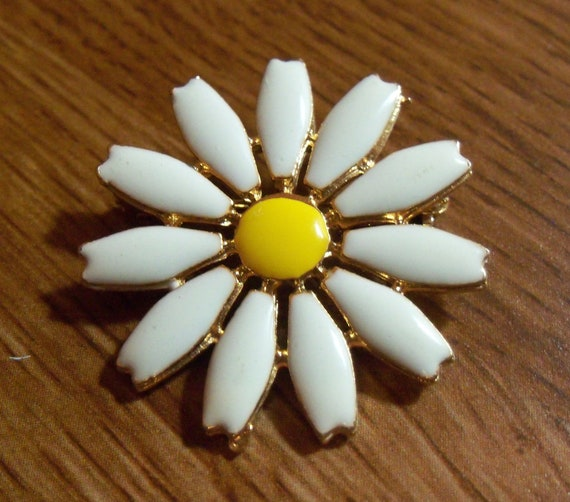 Vintage Small Daisy Pin
