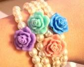 Bracciale di perle con rosa di resina al centro