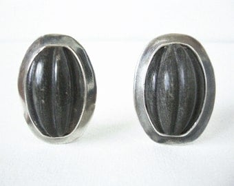 Vintage Amy Kahn Russell Sterling Silver Clip On Earrings With Melon Carved Stone