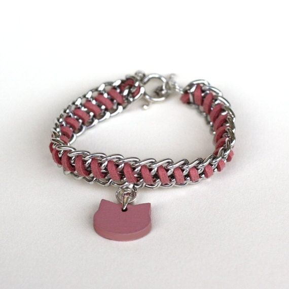 Chain bracelet with cat head shaped charms - pink