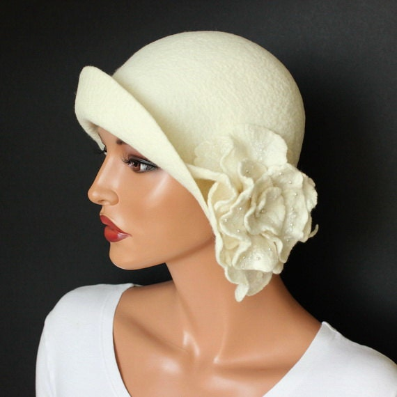 White hat cloche felt with brooch White felt hat Cloche felted