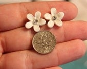 15mm White Sparkle Lucite Daisy Flowers with Rhinestone ( Post Earrings )