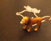 Quand nous étions jeunes : Collier animaux en plastique
