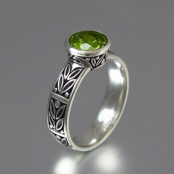LAUREL CROWN silver ring with Peridot