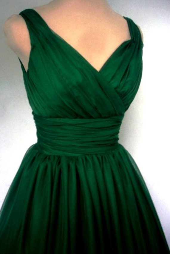 An endearing emerald green simple yet elegant 50s style cocktail dress. ON SALE!