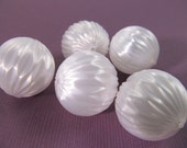 10 Vintage 20mm White Textured Silky Beads Bd209