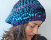 Blaue Häckelmütze, 53% Schurwolle, turkis, rot, schwarz, violett, Größe Erwachsene, Hersteller NuraNanu, Neu