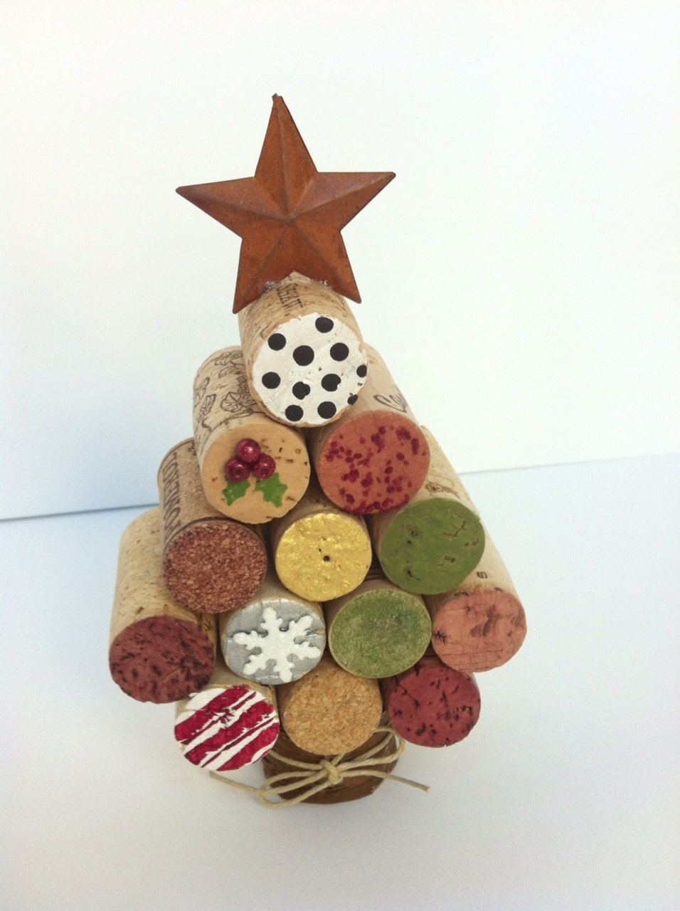 wine cork christmas tree using acrylic paint and crafty decor. Black Bedroom Furniture Sets. Home Design Ideas