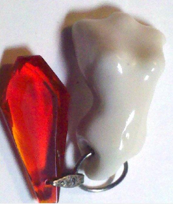 Vacaciones confort Rub porcelana perforado Torso femenino desnudo con colgantes Vintage gema roja miniatura Token