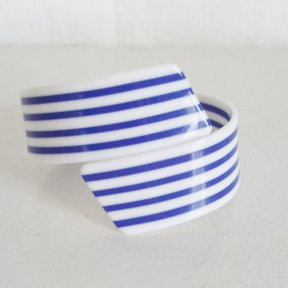 vintage plastic bracelet bangle blue and white by trendybindi