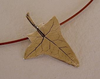 Hoja de enredadera colgante/ Climbing plant leaf necklace