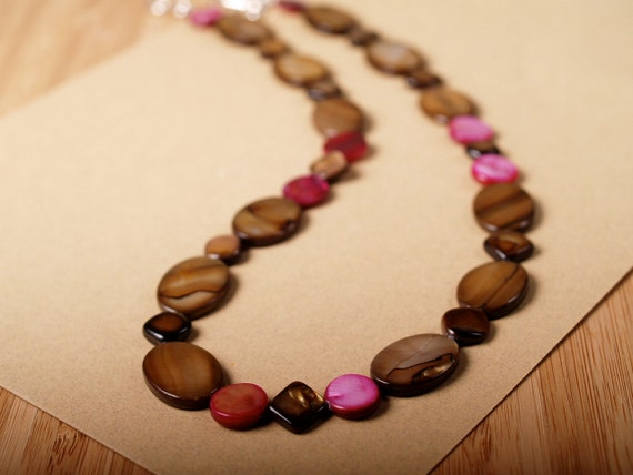 Caramel and raspberry mother of pearl necklace