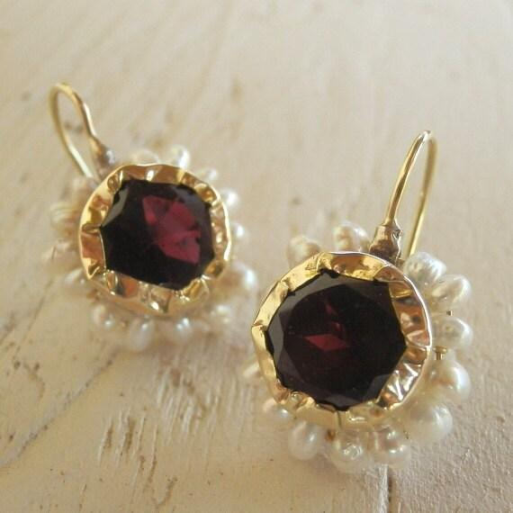 gold earings: