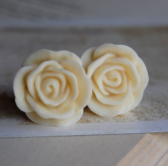 0g (8mm) Vanilla White Flower Plugs-for stretched ears
