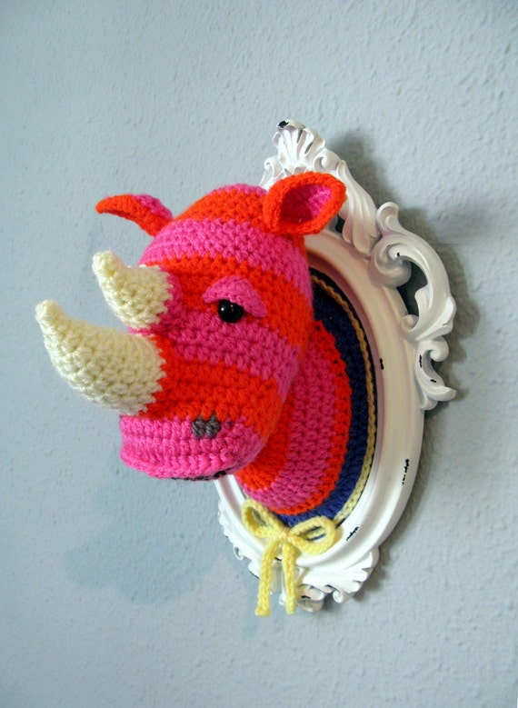 Hekle rosa og oransje neshorn hodet