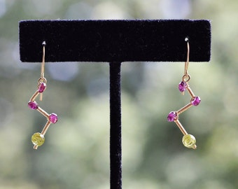 Rhodolite Garnet and Peridot Earrings, 14k Gold Filled Wire Wrapped - Zigzag - Hand Forged, Hammered - Rondelle, Faceted Onion Briolette