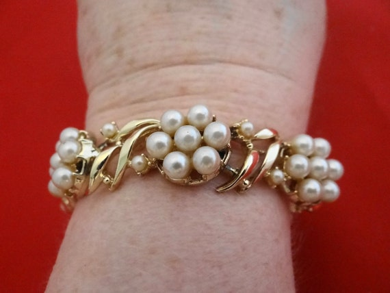 "Vintage 7"" gold bracelet with pearl stations in great condition, appears unworn"