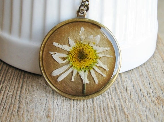 White Daisy Necklace Botanical Jewelry Pressed Wildflowers Common Daisy Resin Pendant Nature Inspired Garden Lover Gift