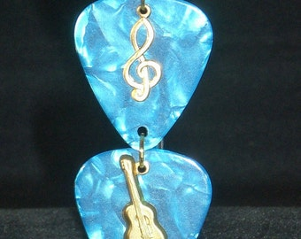 Keyring, blue guitar picks and gold music charms