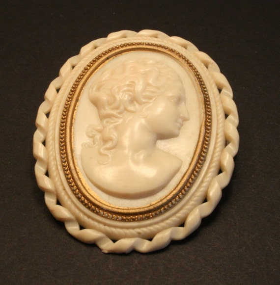 Vintage cream cameo brooch. Lovely clasp