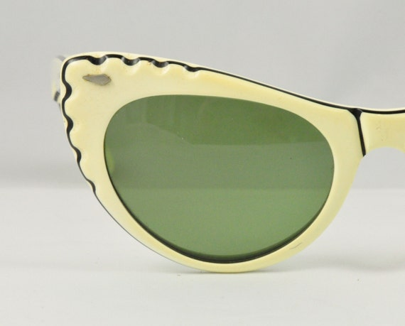 CALOBAR Vintage Cat Eye Sunglasses, Ready to Wear, Layered Cream & Black w Scalloped Detail, 1950s, 1960s