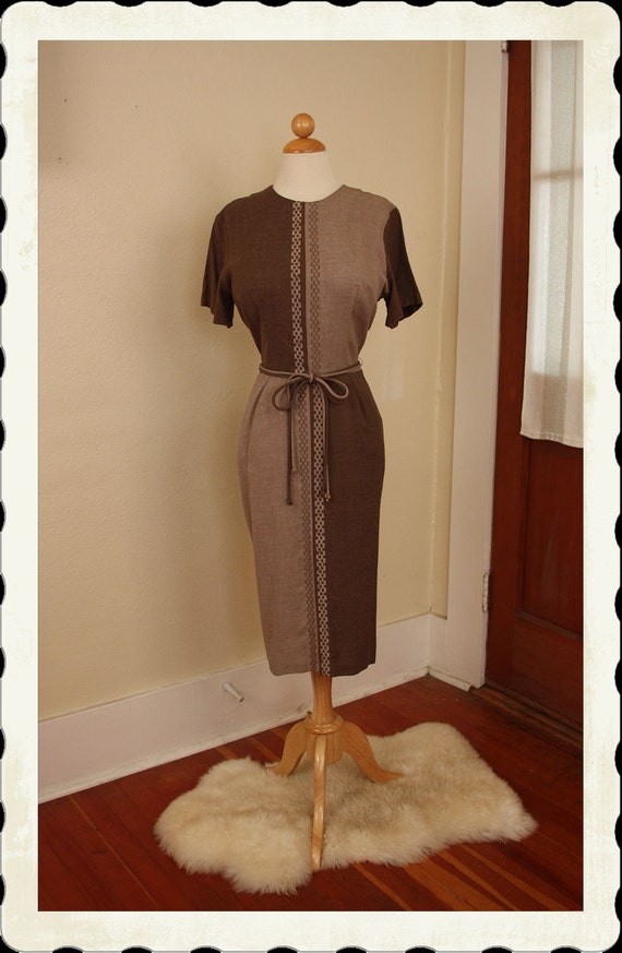 FABULOUS Mad Men 1950's 2 Tone Linen Blend Hourglass Cocktail Dress w/ Squiggle Embroidery - 2 Tone Tie Belt - Fall Autumn Style - Size L
