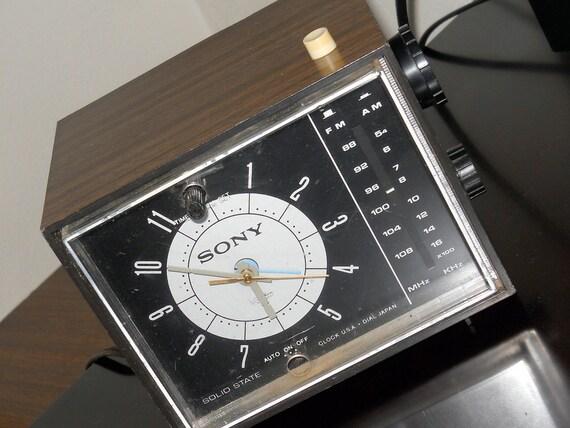 radio r veil de sony vintage retro horloge cube forme kitsch. Black Bedroom Furniture Sets. Home Design Ideas